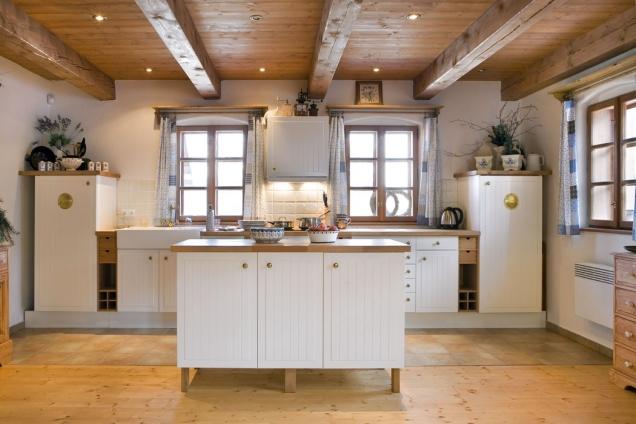 Lednice je zamaskovaná na levé straně kuchyňské linky avypadá jako almara. Stejná skříňka napravo ukrývá zásoby potravin amikrovlnku.