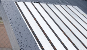 Vedoucí oddělení výzkumu a vývoje společnosti tremco illbruck v Bodenwöhru dohlíží již celé roky na pravidelné testy pásky illbruck TP600 illmod 600, které provádějí nezávislí auditoři. Stejně jako v předchozích letech byl i tentokrát výsledek víc než dobrý: Páska vysoké kvality dokonale těsní i při silném dešti a má dostatečné pohybové rezervy.
