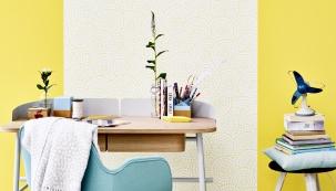 Teď v létě je slunce dostatek, ale co v chladnějších měsících? Dopřejte si žlutou na stěnách nebo v podobě nábytku a hravých doplňků. Žlutá patří hned po bílé mezi barvy s vysokou odrazivostí světla a krásně vynikne vedle bílé a šedé.
