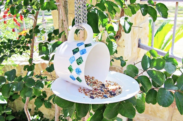 8. Snídaně na porcelánu: Nemáte doma dílnu nebo vám to se dřevem nejde? Nezoufejte! Stačí hrnek, talířek, epoxidové lepidlo a máte krmítko jako lusk.