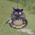 4. Ne-kočka: Krmítko v podobě baňatého kocoura, z jehož útrob se sypou dobroty, je pro ptáčky alespoň malá satisfakce za všechna ta odvěká příkoří!
