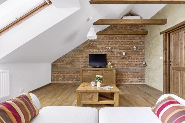 Celý obývací prostor zdobí nově postavená zeď sodkrytými pohledovými cihlami.