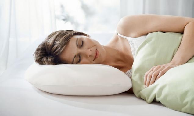 Polštář Sonata zmateriálu Tempur poskytuje oporu pro hlavu ašíji téměř vevšech spánkových polohách, zejména naboku avpoloze embrya, snímatelný potah, cena 3790Kč, www.prospanek.cz