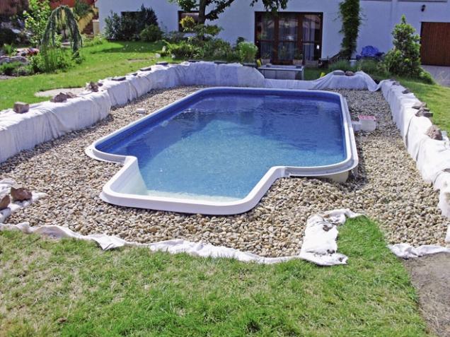 3.Stavba bazénu řady Fort Wayne, model Baltimor, je profesionálně dokončena. Pofinálním napuštění aobsypu bazénu firma dokáže zajistit iúpravu okolí včetně dostupné flóry (MOUNTFIELD)