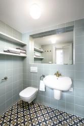 Koupelna svými retro prvky ctí tradici azároveň nabízí veškerý moderní komfort, obkládačky nazdi jsou značky CE.SI.