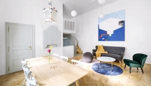 Zakázkový nábytek doplňují židle značky TON asedačka skřesílkem astolkem zBonami. Klasiku představují vbytě dubové parkety vobývacím pokoji.