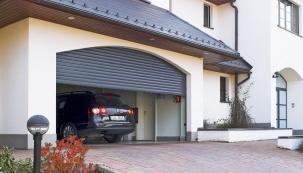 Koncepce rolovacích garážových vrat umožňuje maximální využití prostoru garáže bez nároku na vetší stavební úpravy. Na snímku řešení s elegantním sobloukem (MINIROL)