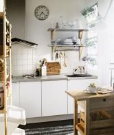Votevřených policích můžete mít vše potřebné hned uruky. Závěsný systém umožní pěstovat bylinky na okně (IKEA)