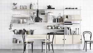 Ideální kuchyň je taková, vníž máte vše potřebné hned uruky. Ztoho plyne, že malá kuchyň může být svým způsobem paradoxně výhodou. Pokud jste vní získali maximální možnou pracovní plochu, je teď třeba řešit její využití. Alogicky by zde měla převažovat praktičnost nad okázalostí.