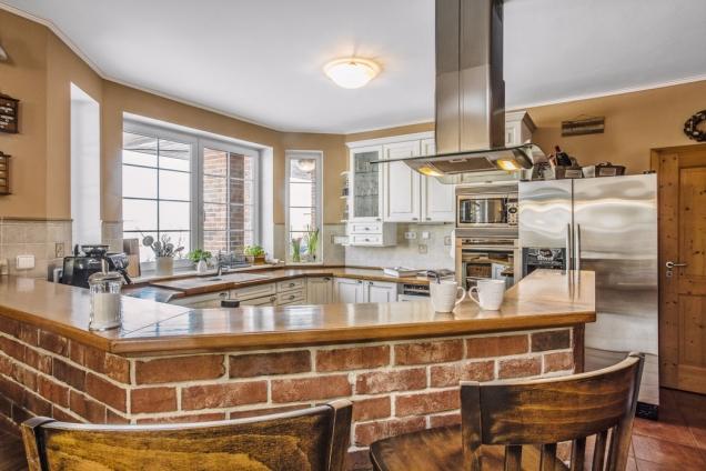 Prostorná kuchyň je královstvím paní domu. Uspořádání linky azídka umožňují snadnou komunikaci sostatními členy domácnosti ipři vaření.