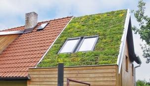 Ozeleněná střecha pomáhá regulovat vnitřní teplotu  v budovách, v létě brání přehřátí, v zimě snižuje tepelné ztráty...