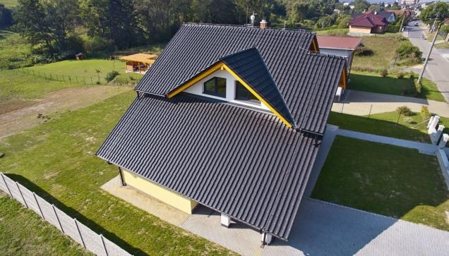 Velkoformátová posuvná taška Samba 11 (zde Engoba černá) umožňuje pokrytí střech ve velmi nízkých sklonech (TONDACH)