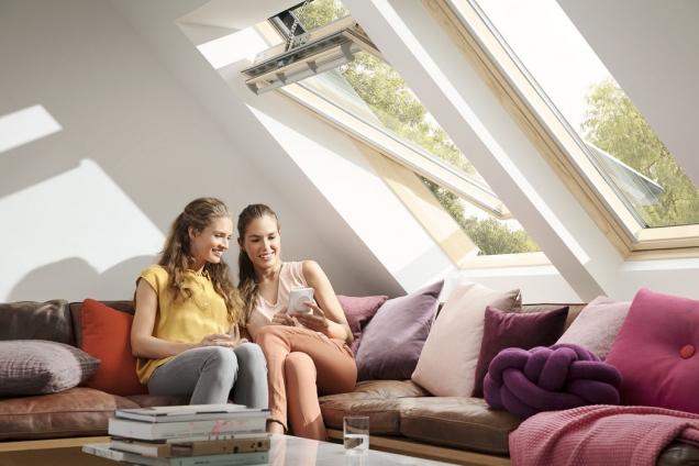 U střešního okna Velux Integra GGL nabízí výrobce elektrické nebo solární napájení (VELUX)