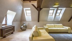 Inspirativní interiér podkroví historického měšťanského domu v Bardejově má dostatek denního světla díky střešním oknům (VELUX)