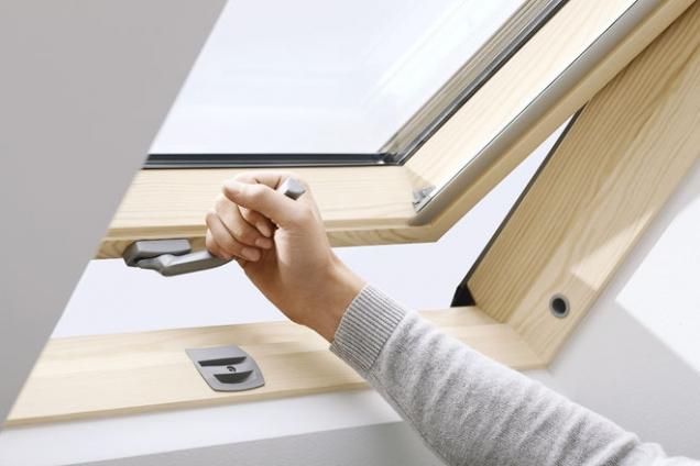 Střešní okno Velux Integra GLL se spodním ovládacím madlem skýtá možnost montáže do vyšší polohy – do místností s vysokou nadezdívkou (VELUX)