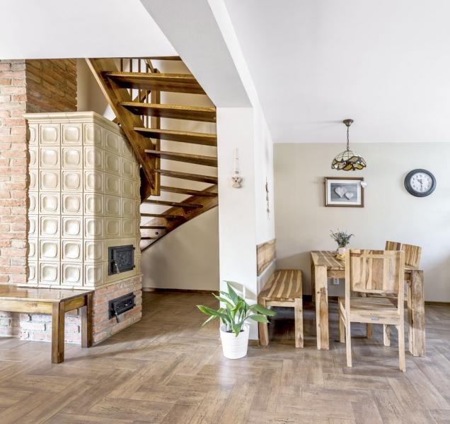 Dřevěný nábytek zindického palisandru doplňuje keramická dlažba vdekoru dřeva. Pod dlažbou je položené podlahové topení.