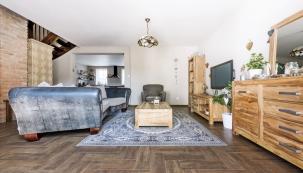 Nábytek doobývacího pokoje je zindického palisandru abyl zakoupen vDrážďanech vobchodním domě Höffner, křeslo je zIkea.