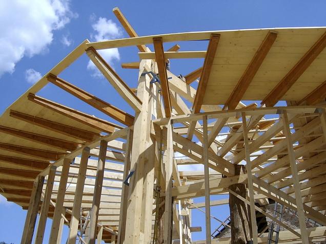 Rekonstrukce a přístavba bývalého kravína představuje šetrný přístup kživotnímu prostředí. Dominantu tvoří budova s konstrukcí zdřevěného trámkového skeletu, dosahující parametrů pasivního domu.
