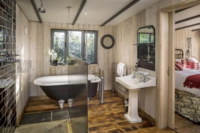 Ve venkovsky působící koupelně je nejen masivní litinová vana, ale i klasické umyvadlo a sprchový kout s dostatkem místa pro dvě osoby.