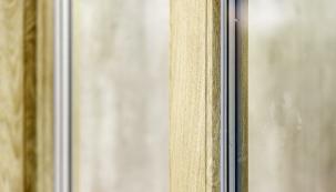Dřevěné i jiné typy dekorů jsou dílem povrchové úpravy, která se nazývá kašírování. Jedná se o trvalé nanesení speciální folie na rám okna při výrobě. Tato fólie může mít mnoho podob, barev i dekorů.
