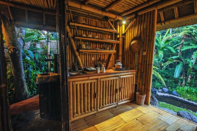 Dům má plně vybavenou bambusovou kuchyň akoupelnu stropickou venkovní sprchou. Sprchovat se vtropickém dešti nebo pod hvězdami je nádherným zážitkem. Napravo je vidět laguna nakoupání vřece.