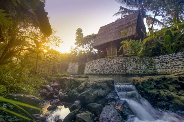 Prostřednictvím vodního kola auměle vytvořené laguny se čerpá voda pro celý pozemek. Řeka, která teče kolem Hideoutu, pramení přímo vmístních horách a je výjimečně čistá.