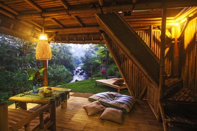 Spodní prostor domu nabízí výhled nasoutok dvou řek, který je pro místní obyvatele posvátným místem. Obyvatelé domu mohou být svědky balijských tradic každý den.