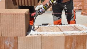 Nejvhodnějším stavebním matriálem pro stavbu  pasivního nebo nulového domu jsou cihlové bloky  HELUZ Family 2in1  tloušťka 50 cm, případně HELUZ Family 2in1  tloušťka 44 cm.  V ojedinělých případech lze postavit dům, aby vyhovoval českému pasivnímu standardu, z cihel  HELUZ Family 2in1 tloušťka 38 cm. Ale to už je opravdu na hraně a tyto materiály se využívají na domy v řadové zástavbě.