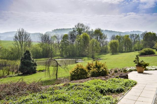Z terasy u domu se otevírá čarokrásné panoráma zahrady a protějších chřibských hvozdů.