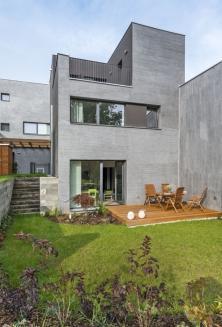 Dům je součástí menšího bytového komplexu, vněmž jsou jednotlivé domy rozmístěné tak, aby měli obyvatelé dostatečné soukromí.