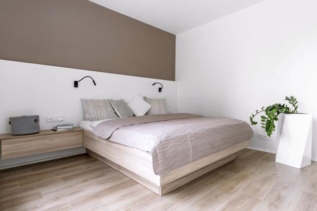 Dominantou ložnice je namíru vyráběné dvojlůžko sintegrovanými úložnými prostory anočními stolky.