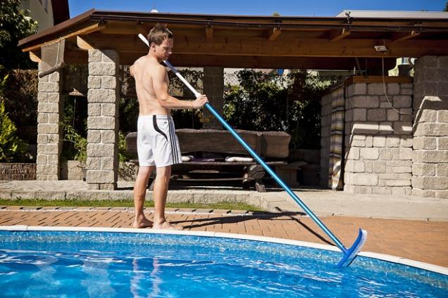 7. Pomocí tohoto 45 cm dlouhého kartáče zbavíte stěny i dno vašeho bazénu usazených nečistot. V kombinaci s některou z teleskopických tyčí se kartáč stane nepostradatelným pro pravidelnou údržbu bazénu. Výrobce: Mountfield, cena:239Kč, www.mountfield.cz