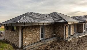 Střecha pro mnoho domů - střešní taška Tondach Stodo Amadeus černá glazura (Zdroj: TONDACH)