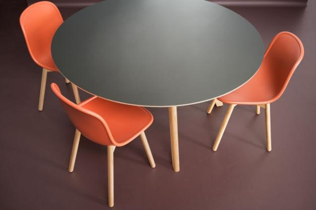 Krytina zmarmolea má barvu podle prvního přírodního linolea, šířka role 2m, Walton, cena756Kč/m2,www.forbo-flooring.cz