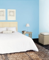 Ložnice třikrát jinak: modrá vypadá největší a nejsvětlejší, ve fialové barevný kontrast působí zbytečně dráždivě, hnědá uklidňuje, ložnici zmenšuje a zvýrazňuje postel (Zdroj: Primalex)