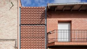 Moises Royo Marquez: Dům v úzké proluce (Foto: Javier Callejas, zdroj: Wienerberger)