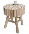 V jejím stylu: Odkládací stolek Woody z teakového dřeva, ruční práce, 40 x 35 cm, cena 2 990 Kč, www.oxodesign.cz