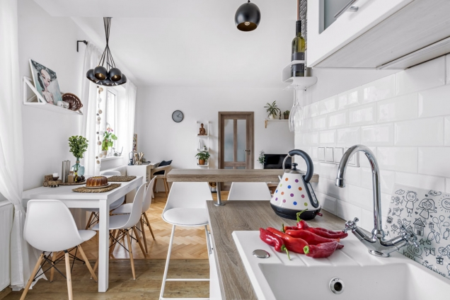 Jediným praktickým apěkným řešením bylo uspořádat kuchyň dotvaru písmene L. Kuchyňská sestava je polské výroby, zakoupená vprodejně vNáchodě.