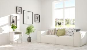 Některé odstíny bílé mohou působit studeně, teplejšího vzhledu lze dosáhnout kombinací s jinou barvou, dřevem, kožešinami nebo vlněnými doplňky.