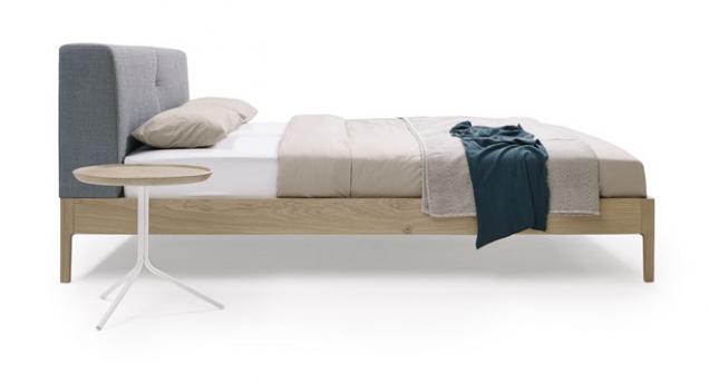 Postel s nízkým čalouněným čelem Thread Wood, materiál dubový či ořechový masiv, 218 x 140/160/180/200 x 96 cm, Möller Design, cena na dotaz, www.moeller-design.de