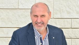 Podnikatel a inovátor Ing. Zdeněk Křivinka (57), majitel firmy NOVABRIK CZECH, která již 16 let vyrábí fasádní obklady, zahradní zdi a dlažby.