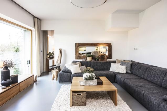 Každý doplněk interiéru vybírala paní domu s láskou i pečlivostí. Výsledkem je velmi příjemné prostředí, které ve spojení s okolní krajinou zvyšuje exkluzivitu domu.