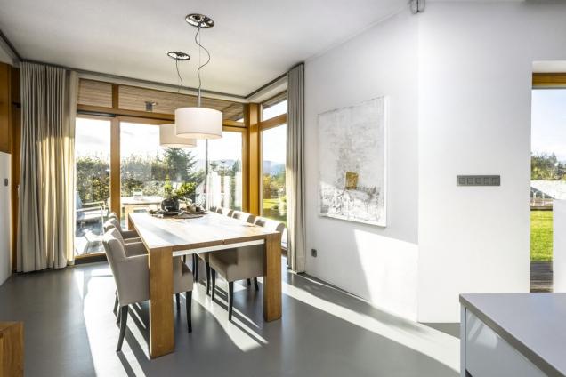 Před základní hmotu domu architekt důmyslně předsunul jídelnu, což umožnilo otevřít pohled do exteriéru hned ze dvou stran.