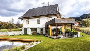 Majitelé rok hledali pozemek v nejhezčích lokalitách na severní Moravě a nakonec se ocitli v krajině pod Lysou horou. Parcela jim hned padla do oka a oba manželé se na ní jednomyslně shodli. Zbývalo jen zvolit, jak by měl nový dům vypadat...