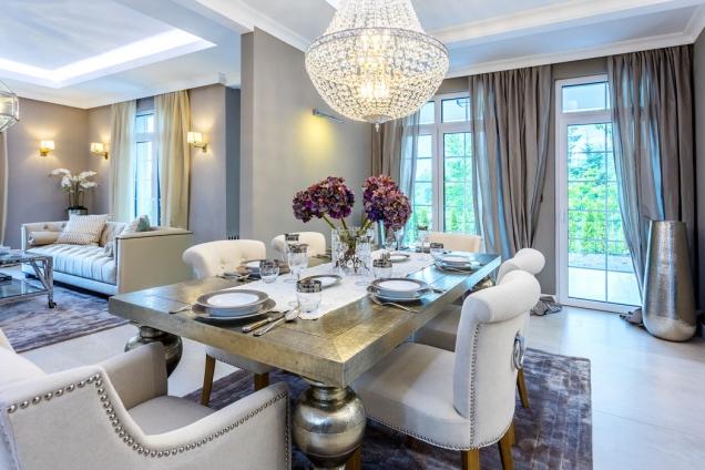 Záplava světla, hebký koberec, příjemná měkká kožená sedačka, jemné světlé barvy, lesk křišťálu, hedvábí adalších ušlechtilých materiálů – přesně tak má vypadat luxusní, reprezentativní interiér rodinného sídla.
