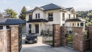 Vstup na pozemek či dodomu je vždy důležitou vizitkou. Hned při příjezdu kdomu Rezidence Prestige každého nadchne komfortní vjezd pro vozidla. Také vstup dodomu jako by vyzařoval důstojnost anadčasovost klasického rodinného sídla.