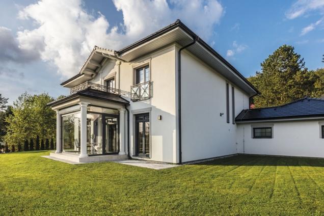 Architektura domu spojuje klasické principy astavební prvky – symetrii, vyvážené proporce, sloupy, římsy, šambrány – smoderním designem, například velkoplošným zasklením. Díky němu se terasa proměnila vpříjemnou zimní zahradu.