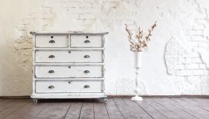 Šifonér je už málo používaný staročeský výraz pro skříň, komodu nebo prádelník. Jedná se o stylový kus nábytku s větším množstvím zásuvek.