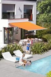 Sluneční čidlo zajistí vysunutí markýzy Garches, aby se interiér domu nepřehříval. Lze ovládat i pomocí smartphonu (SOMFY)