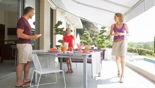 Předokenní rolety ascreenové clony pomáhají zachovat vinteriéru tepelný komfort asnižují náklady naklimatizaci. Kromě slunečníků, přístřešků, markýz ajiných způsobů stínění se mohou uplatnit inaterase.